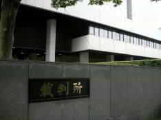 東京地裁にはこの日、17席の傍聴席を求めるファンら58人が列を作り、抽選を待った。