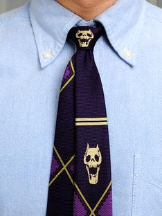 「KILL A's tie」ネクタイを締めてみたところ。流行のナローなフォルムで、小剣ずらしもキマるはず。(C)Hirohiko Araki & LUCKY LAND COMMUNICATIONS / SHUEISHA.