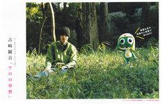 見開きで吉崎と巨大ケロロ人形が共演している。