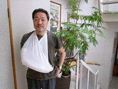 モーニング公式サイトに掲載された、かわぐちかいじの治療中の写真。果たして腕は完治したのか。