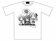 埼玉新聞65周年記念の特製Tシャツ。白はこなた・かがみ・つかさの3人をプリント。(c)美水かがみ/角川書店