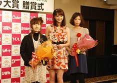 銀のティアラ賞を受賞した松岡とも子(右)と加藤文月(左)と、応援キャラクターである佐々木希(真ん中)。