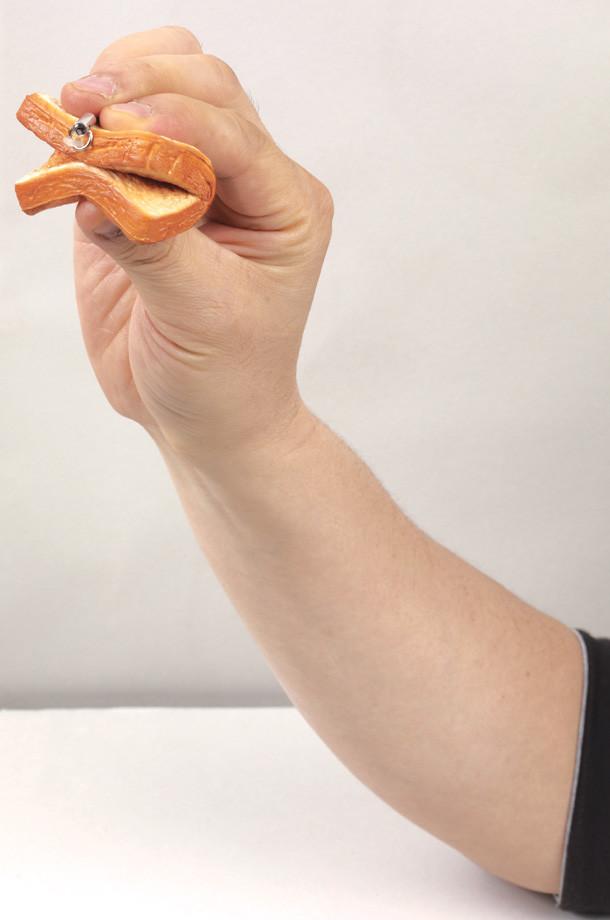 「もやしもん かもされパンストラップ」は弾力性のある素材が使われており、握って形を変形させられる。こだわりの手ざわりを体験しよう。(C)石川雅之/講談社