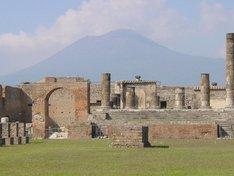 ポンペイ遺跡(イメージ)。古代ローマへのタイムスリップ気分を味わおう。