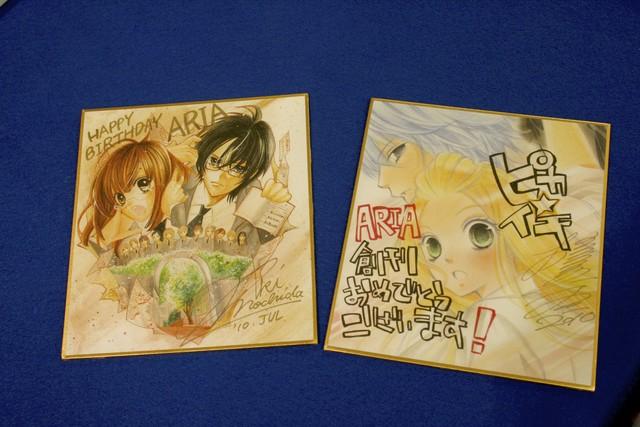 左が持田の、右が槙の描き下ろし色紙。