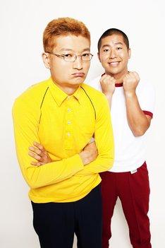 江藤カオルに扮したザブングル加藤(左)と、田村一に扮したハライチ澤部(右)。