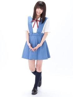 「第3新東京市立第壱中学校女子制服」を着用した様子。
