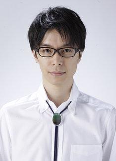 鈴木先生役を演じる長谷川博己が、メガネとループタイを着用した姿。(C)武富健治/双葉社(C)「鈴木先生」製作委員会