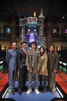 映画「カイジ2」のメインキャスト。5人の背後にそびえるのがパチンコ台「沼」だ。