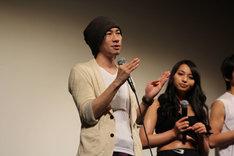 タイム涼介(左)とメバル役の水崎綾女(右)。