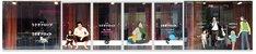 カフェのガラス面にはアニメと映画の「うさぎドロップ」ビジュアルが。 (C)2011 宇仁田ゆみ/祥伝社/アニメ「うさぎドロップ」製作委員会