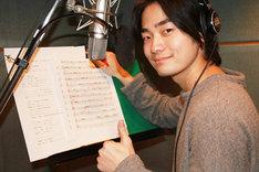 エンディングテーマを歌う福山潤。
