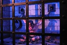 囚われたエースの等身大フィギュア。影の位置までしっかりと再現されている。