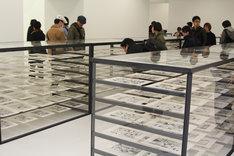 「AKIRA」の全原稿が展示されたスペース。ショーケースに美しく並べられている。
