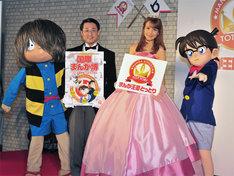 写真中央の左が平井伸治知事、右がトットリンドル王女ことトリンドル玲奈。また発表会には鬼太郎、コナンの着ぐるみもやってきて、場を盛り上げた。