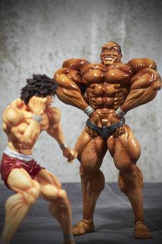 「フィギュアーツZERO 範馬刃牙」シリーズより、範馬刃牙(左)とビスケット・オリバ。