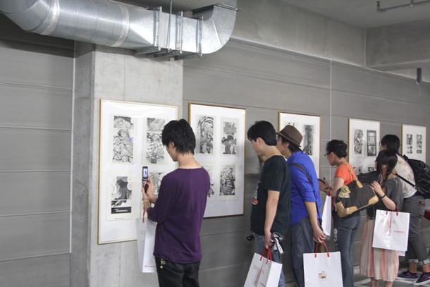 原画展の会場には、約50枚のマンガ原稿が飾られていた。