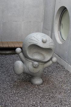 改装にあたり館内には新たなモニュメントが追加されている。写真は石像になったドラえもん。(C)Fujiko-Pro