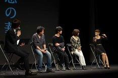 上映会の様子。(左から)吉田尚記アナウンサー、長濱博史監督、植田慎一郎、伊瀬茉莉也、日笠陽子。