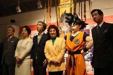 オープニングセレモニーの様子。左は「Dr.スランプ」に登場するDr.マシリトのモデルとしても知られる集英社の鳥嶋和彦氏。