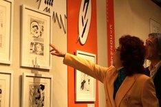 原画展を楽しむ野沢雅子。