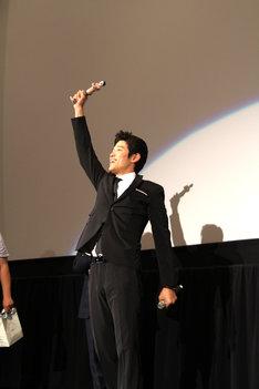 オスカー像に見立て変態仮面フィギュアを掲げる鈴木亮平。