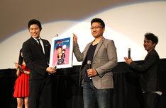 あんど慶周から鈴木亮平に、描き下ろしイラストがプレゼントされた。