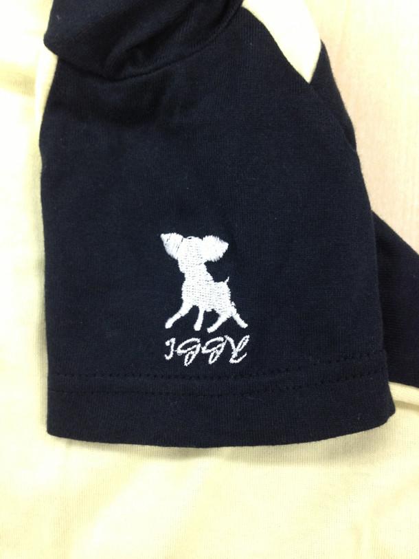 「ロンパース&スタイ(イギー)」のロンパース左肩には刺繍が入っている。(c)荒木飛呂彦&LUCKY LAND COMMUNICATIONS/集英社