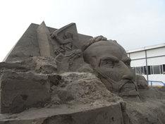 7月31日時点での「進撃の巨人」サンドアートの様子。(写真は制作過程段階のもの)