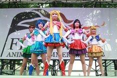 ステージに現れたセーラー戦士たち。5人揃って衣装を着用し人前で歌唱するのは、このステージが初めて。