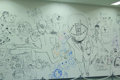 小学館ビル1階応接ロビーの壁一面に描かれたラクガキ。「20世紀少年」のともだちや、「究極超人あ~る」のR・田中一郎などが描かれている。