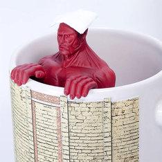マグカップにセットされた超大型巨人の茶こし。 (c)諫山創・講談社/「進撃の巨人」製作委員会