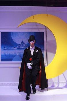 タキシード仮面と月のオブジェとの撮影コーナー。来場者が記念撮影を楽しんでいた。