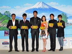 写真左から宍戸開、北村一輝、阿部寛、上戸彩、市村正親、ヤマザキマリ。