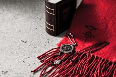 「エドワード・エルリックストール&ストールピン」と「エドワード・エルリック銀時計ネックレス」。(c)Hiromu Arakawa/SQUARE ENIX