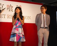小島瑠璃子(左)と担当編集者の松尾淳平氏。