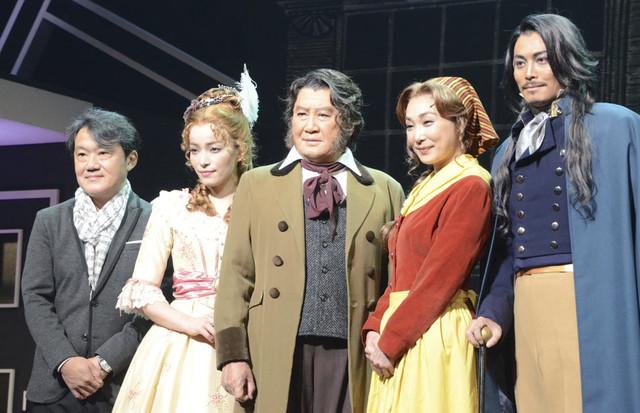 (左から)千住明、知念里奈、里見浩太朗、浅野温子、姜暢雄。