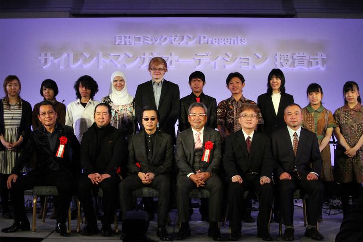 「世界サイレントマンガ オーディション」の受賞者と審査員の集合写真。前列の左から3人が審査員を務めた原哲夫、次原隆二、北条司。