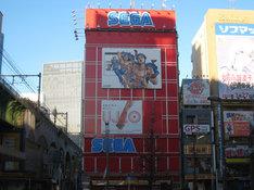 セガ秋葉原1号館の壁面に掲出されている、東方定助の描き下ろしイラスト。