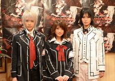 写真左よりルウト、若月佑美、AKIRA。