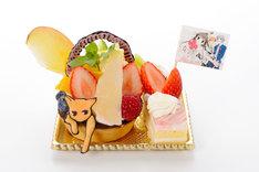 「透と夾のフルーツたっぷり☆キュートなフルーツバスケット」780円。猫になった夾がフルーツいっぱいのタルトから顔を出し、ストロベリーケーキからは、透が覗いている。(c)HAKUSENSHA, all rights reserved. (c)NATSUKI TAKAYA/HAKUSENSHA