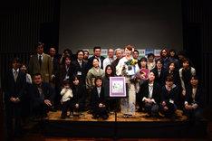 選考員と記念撮影をする東村アキコ。