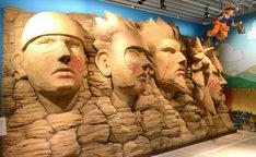 火影岩にイタズラ描きをするナルトを再現した立体造形物。(c)岸本斉史 スコット / 集英社
