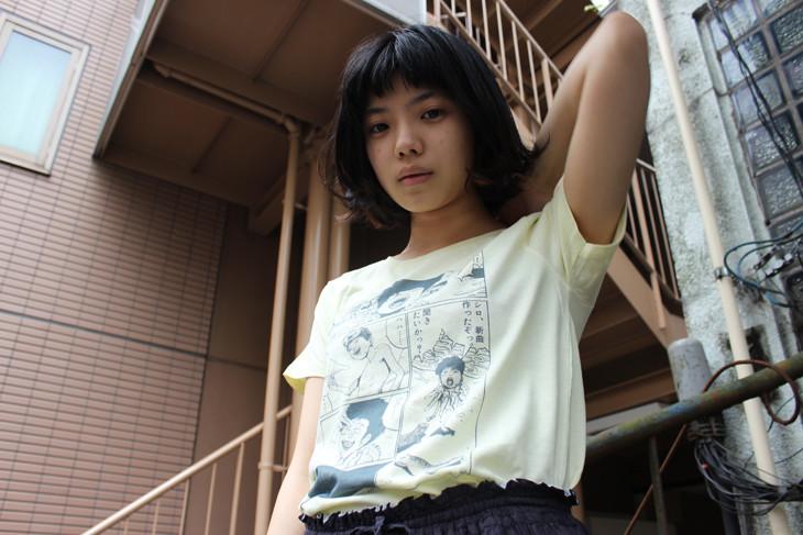 「鉄コン筋クリート」Tシャツ着用例(モデル:カネコアヤノ) (c)松本大洋/小学館