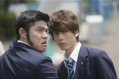 左から鈴木亮平、坂口健太郎。(c)アルコ・河原和音/集英社 (c)2015映画「俺物語!!」製作委員会