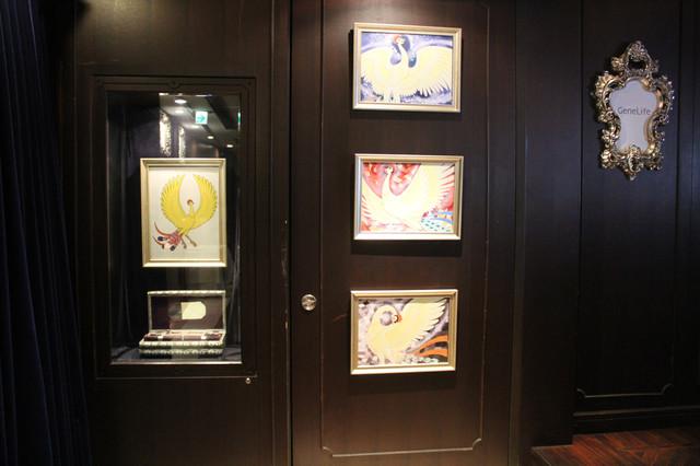 「手塚治虫遺伝子解析プロジェクト」発表会の会場には手塚治虫のイラストや、生前に残した言葉などが飾られていた。