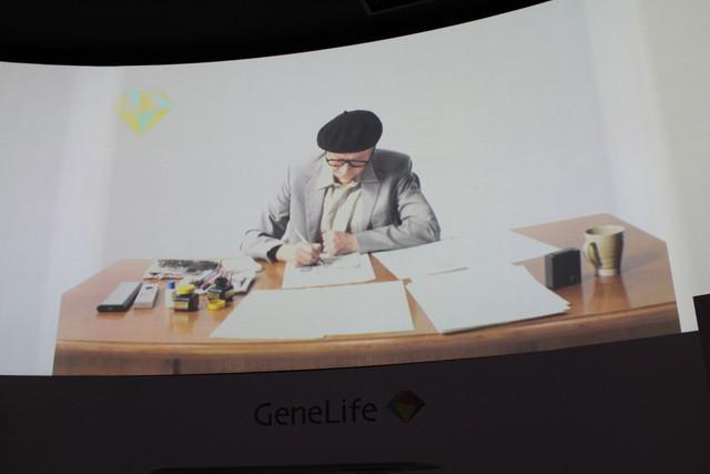 「手塚治虫遺伝子解析プロジェクト」のCM映像。手塚治虫役は実子・手塚眞が演じている。