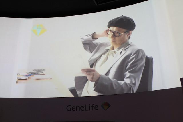「手塚治虫遺伝子解析プロジェクト」のCM映像。手塚治虫の特徴である大きな鼻が目立つ。