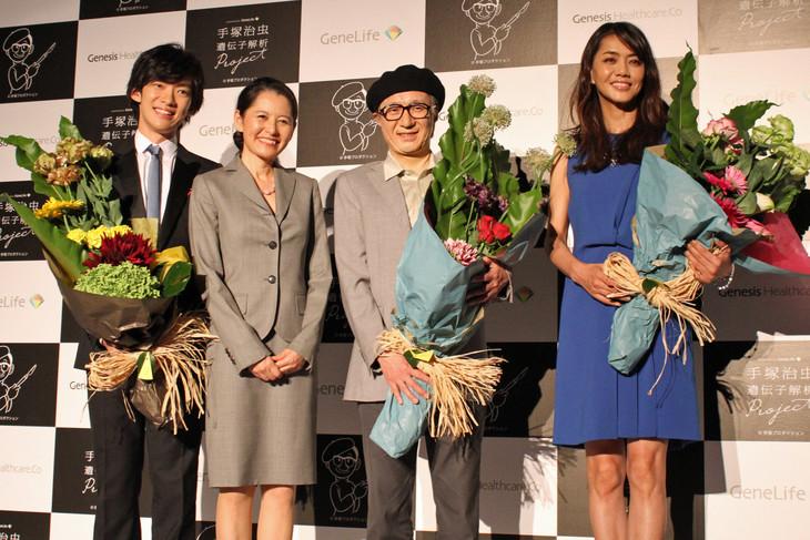 左からメンタリストDaiGo、ジェネシスヘルスケアの佐藤バラン社長、手塚治虫の特殊メイクをした手塚眞、モデルの前田典子。