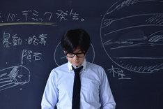 「世界の終わりのいずこねこ」より、西島大介が演じるミイケ先生の登場シーン。(c)2014「世界の終わりのいずこねこ」製作委員会